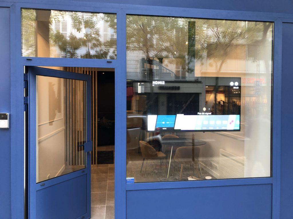 Ecran d'affichage dynamique vitrine, fixation plafond.
