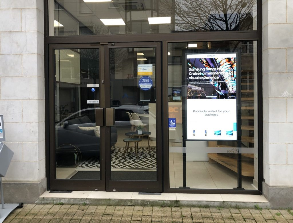 Installation écrans haute luminosité pour agence immobilière et point de vente Paris Picardie Visuel Intérieur